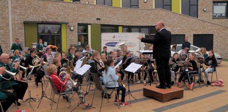 Kinderen Dussense basisscholen spelen met fanfare